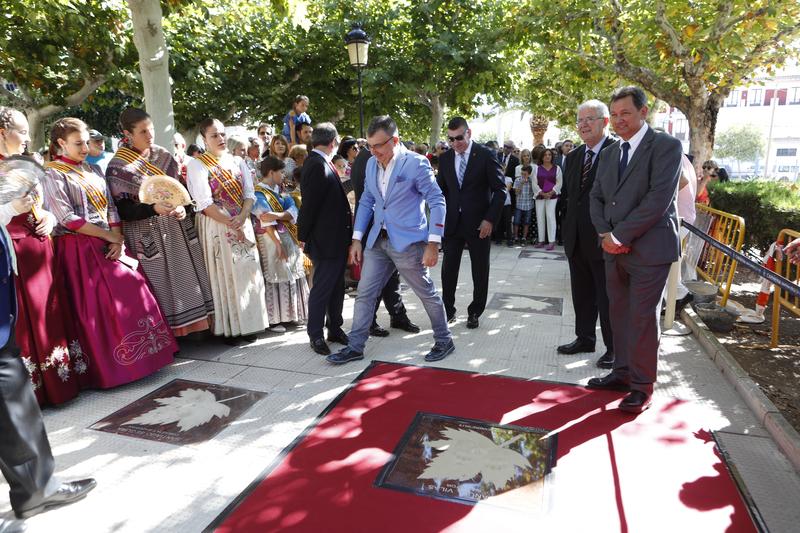 Acto de imposición de manos del escritor Manuel Vilas en el Paseo de las Estrellas de Cariñena