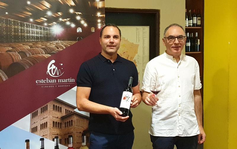 El enólogo Jorge Barbería y  periodista gastronómico José Luis Solanilla con el nuevo vino Ulula