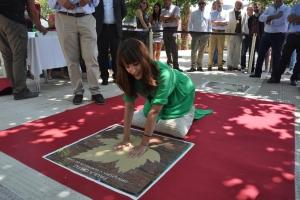 Paula Ortiz plasma sus manos en el Paseo de las Estrellas de Cariñena